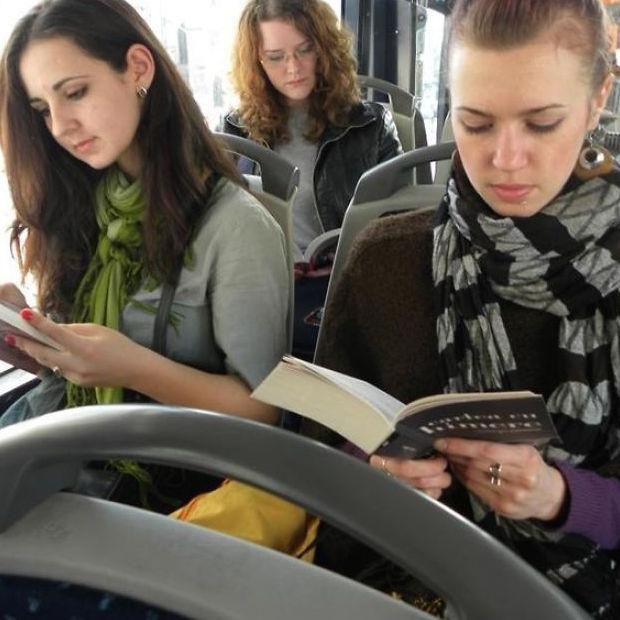 bus-reading__880-3